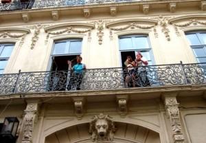 Aktivitäten in Montpellier - IEF - Studenten winken aus einem alten Gebäude