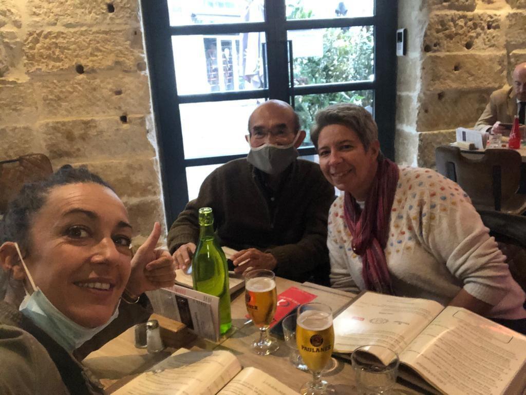Eugénie au restaurant avec Karen et un étudiant