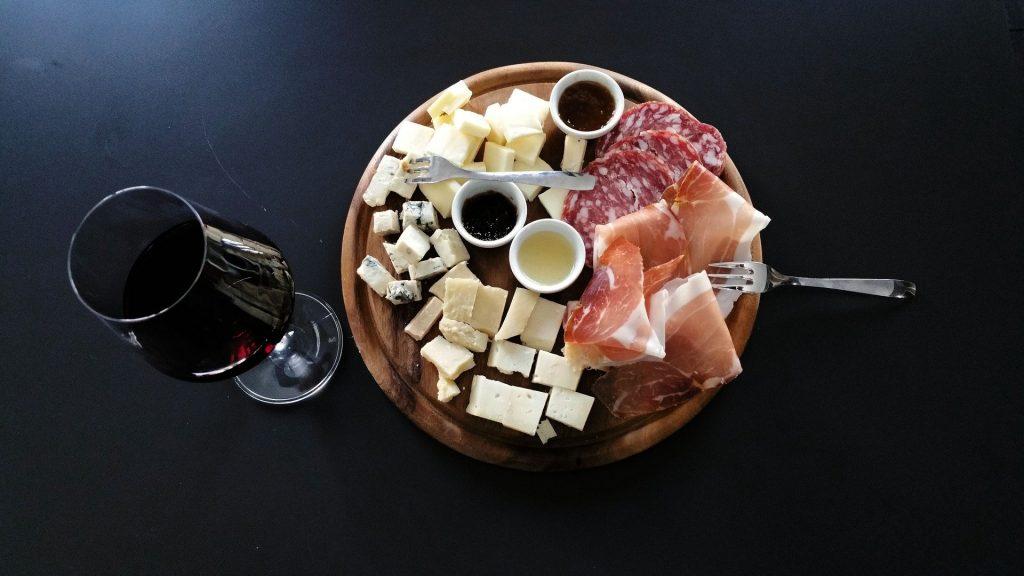 Vin fromage et charcuterie